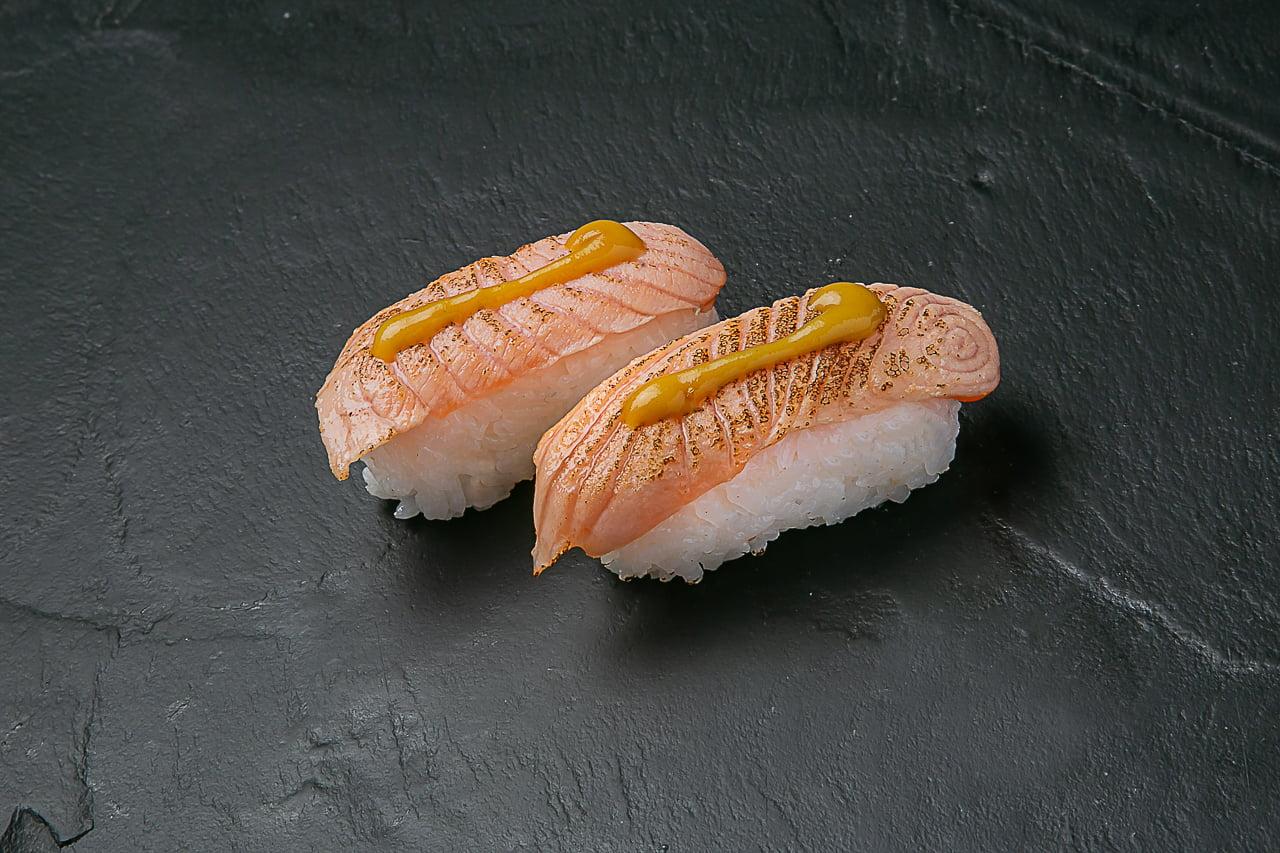 Nigiri de salmón aburi y salsa miel y mostaza